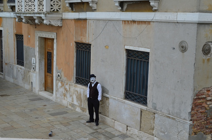 A fleeting moment in time, a random mime and a pigeon.